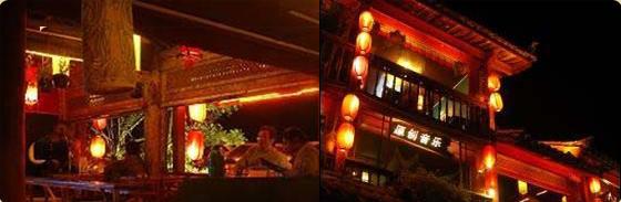 青鸟咖啡   青鸟咖啡位于丽江古城的中心四方街广场,以经营咖啡调酒为主,兼营中西简餐。青鸟咖啡位置极佳,噔噔跑上二楼,就可以隔窗俯看着四方街铺满街道的太阳、打跳的老人、形形色色的游客。   青鸟咖啡拥有意大利专业咖啡机和专业的咖啡制作技术,使得店里的咖啡香醇浓郁,其独创的玉龙香咖啡更是享誉业界。当夜晚来临,原创音乐的天籁之音使酒吧更具丽江柔软时光情调。   严格说来,青鸟咖啡并不大,也没有过多的饰物,墙上挂满了大大小小的照片,全是这里的常客们留下的得意之作,宛如一个旅游摄影作品展;墙角的书架上摆放着有关旅
